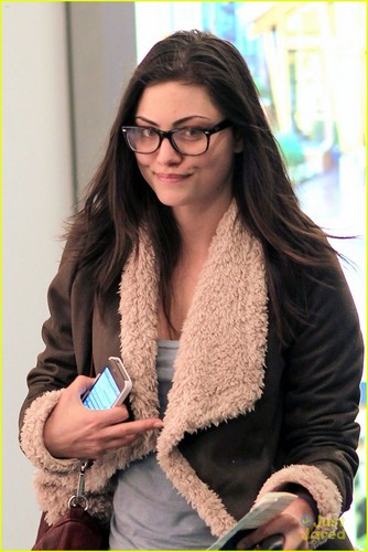 Phoebe Tonkin in Vancouver on Wednesday (November 16) in Vancouver, BC, Canada - phoebe-tonkin Photo