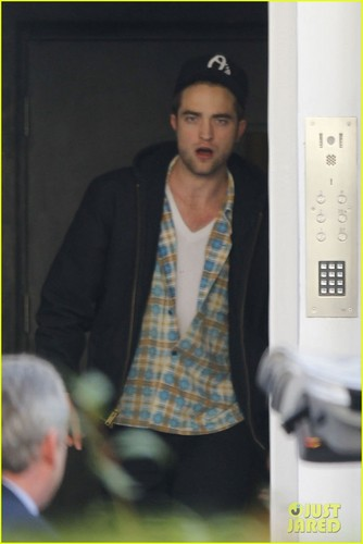Robert Pattinson lets out a yawn as he enters a private residence on (November 19) in Londres
