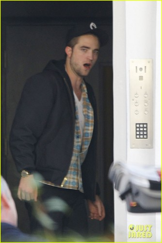 Robert Pattinson lets out a yawn as he enters a private residence on (November 19) in 伦敦