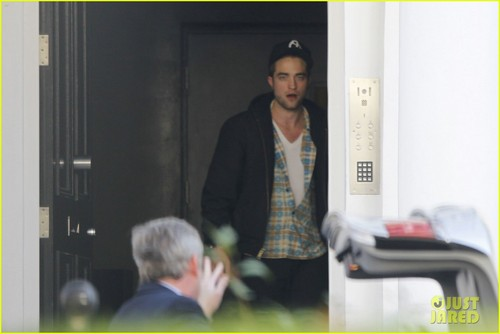 Robert Pattinson lets out a yawn as he enters a private residence on (November 19) in 런던