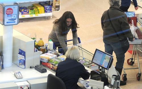 Kate Middleton Buys Groceries