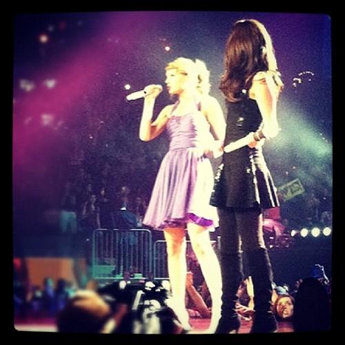 Selena Gomez Instagram with Taylor 빠른, 스위프트