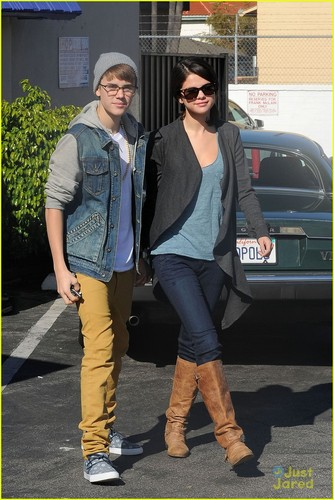 Justin Bieber und Selena Gomez Hintergrund containing a business suit titled Selena Gomez & Justin Bieber: IHOP Breakfast!