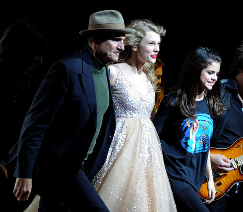 Selena & Taylor pag-awit together @ Madison Square Garden