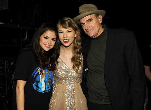 Selena & Taylor imba together @ Madison Square Garden