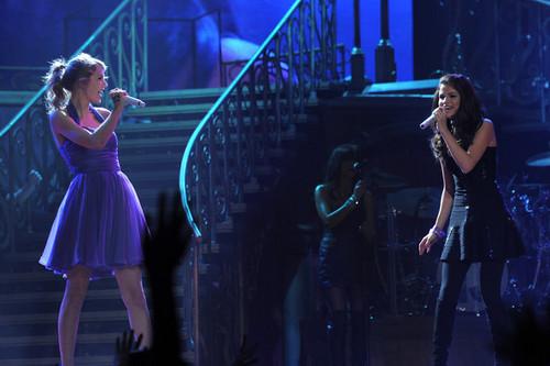 Selena & Taylor singing together @ Madison Square Garden