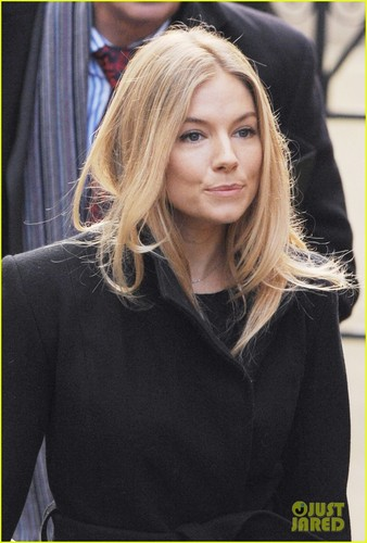 Sienna Miller پیپر وال with a portrait entitled Sienna Miller Gives Evidence to Leveson Inquiry