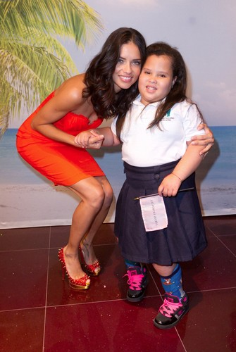 Adriana Lima poses with fans in Puerto Rico