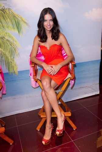Adriana Lima poses with peminat-peminat in Puerto Rico