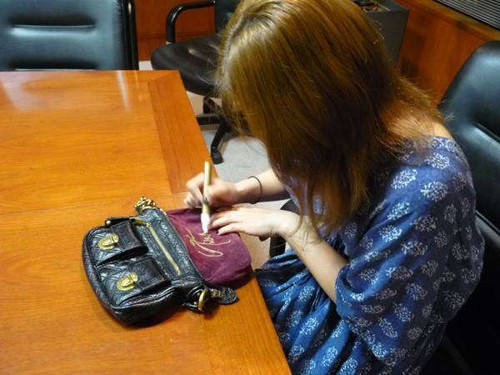 Ban-chan donated her autographed Marc Jacobs dompet, beg tangan for a-nation charity