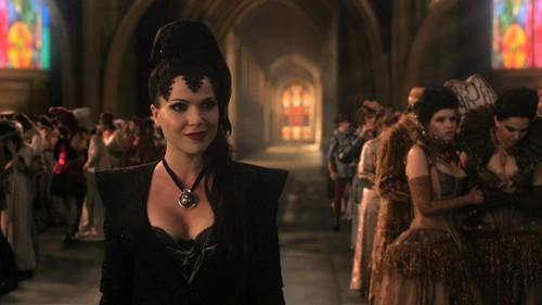 La Méchante Reine/Regina Mills fond d'écran containing a business suit and a rue called Evil Queen/Regina Mills - 1x01 - Pilot