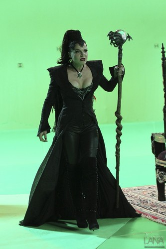 "La Méchante Reine/Regina Mills fond d'écran entitled Evil Queen/Regina Mills - Behind the Scenes of ""The Thing toi l'amour Most"""
