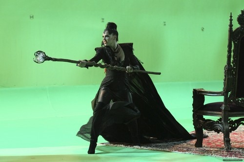 "Evil Queen/Regina Mills - Behind the Scenes of ""The Thing te Amore Most"""