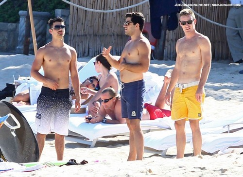 Joe Jonas: Shirtless in Cabo!