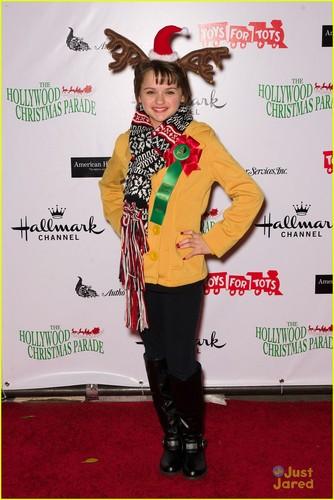 Joey King arrives at the 2011 Hollywood 圣诞节 Parade (November 27) in Hollywood