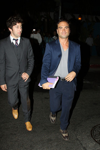 Johnny Galecki and Simon Helberg @ 유명인사 Leave the 'Do Something' Awards