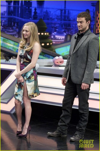 Amanda Seyfried wallpaper containing a business suit entitled Justin Timberlake & Amanda Seyfried: 'El Hormiguero' Visit!