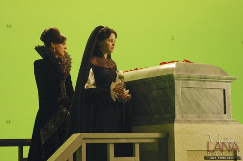 "Queen & Snow - Behind the Scenes of ""The сердце is a Lonely Hunter"""