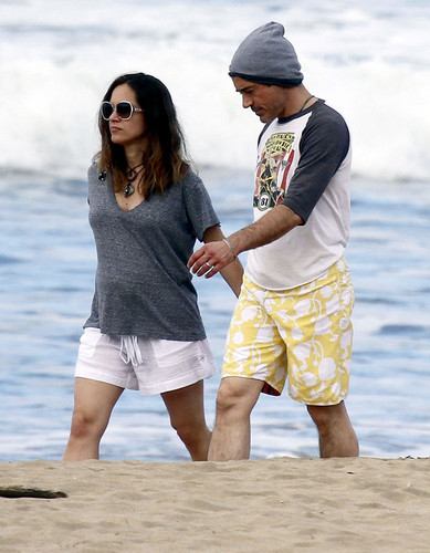 Robert Downey Jr & His Gorgeous Pregnant Wife Take Stroll On The spiaggia In Hawaii