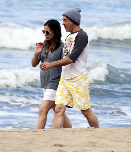 Robert Downey Jr & His Gorgeous Pregnant Wife Take Stroll On The ساحل سمندر, بیچ In Hawaii