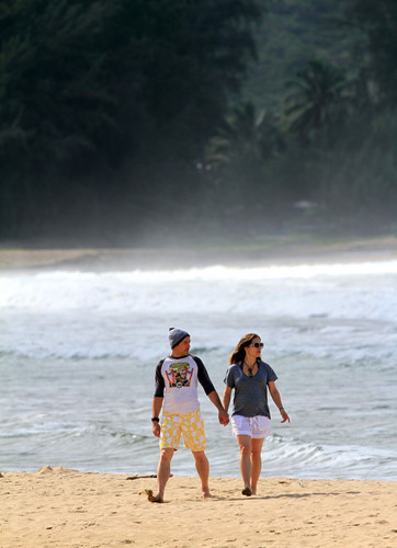 Robert Downey Jr & His Gorgeous Pregnant Wife Take Stroll On The সৈকত In Hawaii