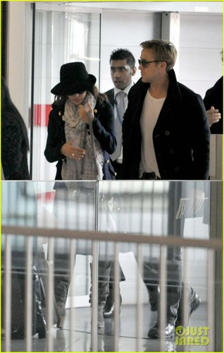 Ryan papera, gosling & Eva Mendes: Holding Hands at Paris Airport