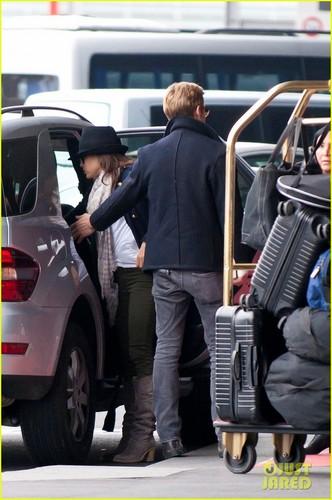 Ryan sisiw ng gansa & Eva Mendes: Holding Hands at Paris Airport