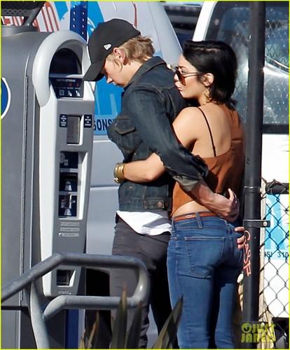Vanessa Hudgens & Austin Butler: Romantic Stroll in Venice Beach!