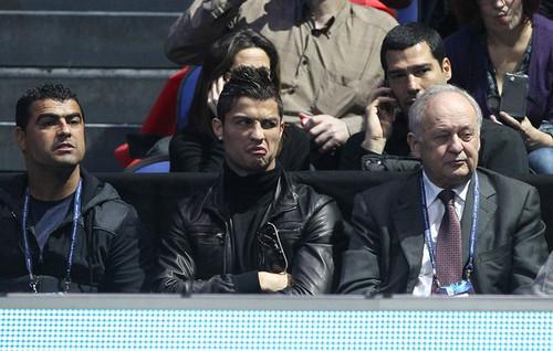C. Ronaldo watching tênis