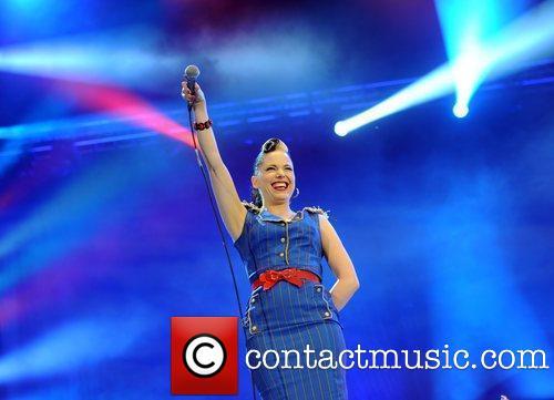 "Imelda Performing @ ""Radio 2"" - लंडन"