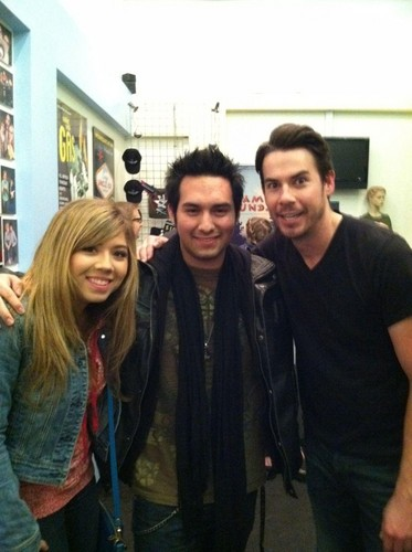 Jennette McCurdy attends Jerry Trainor's performance