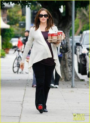 Jennifer Garner: Brentwood Starbucks Stop!