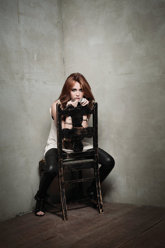 Teen Idols Hintergrund called Miley Cyrus-Can't Be Tamed Foto Shoot