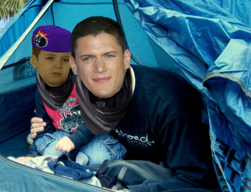 Wentworth Miller Hintergrund probably with a tepee, a parasol, and a sign called Prison Break - Finale