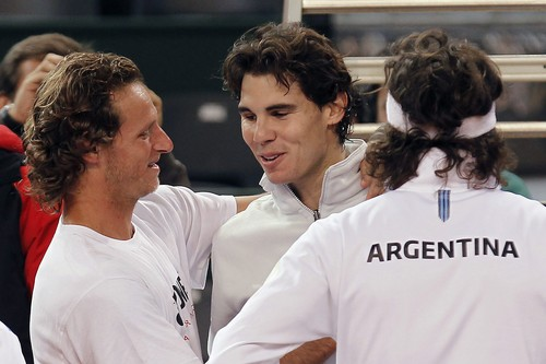 Rafael Nadal (C) greets Argentinian टेनिस players Juan Monaco