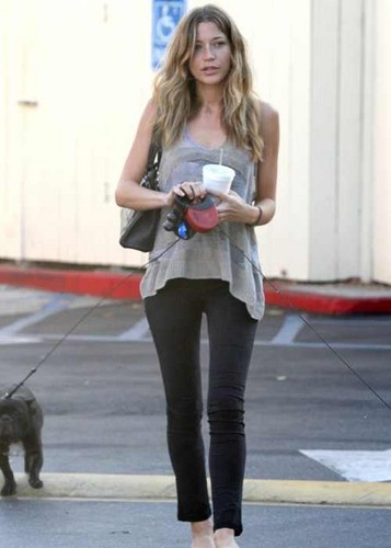 Sarah out&about with her dogs in L.A.