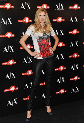 Unveils The A|X Armani Exchange Dance4life T-Shirt In Honor Of World AIDS 日