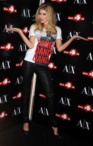 Unveils The A|X Armani Exchange Dance4life T-Shirt In Honor Of World AIDS día
