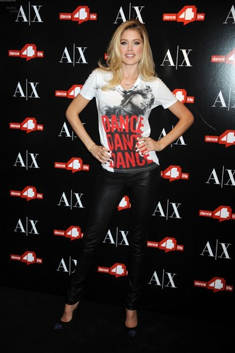 Unveils The A|X Armani Exchange Dance4life T-Shirt In Honor Of World AIDS giorno