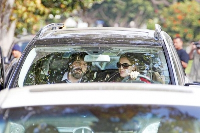 Jen and Ben kissing in the car