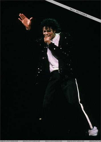 마이클 잭슨의 로봇 댄스 바탕화면 containing a business suit titled MJ*