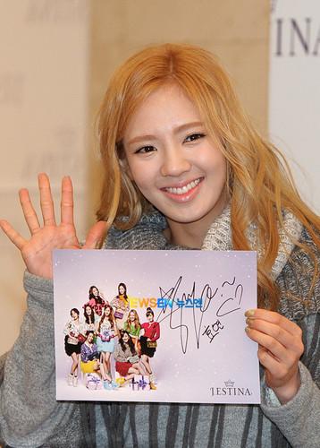 hyoyeon@J.Estina' signing event