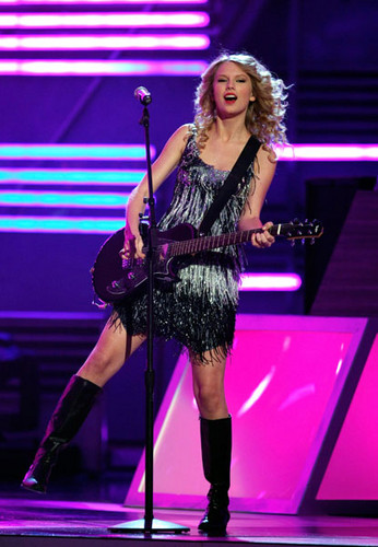 Taylor snel, snel, swift achtergrond containing a concert entitled taylor <3