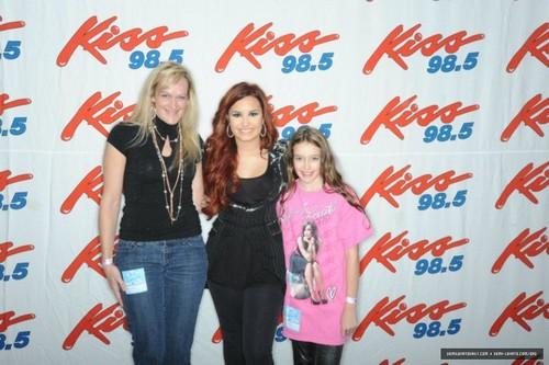 Demi Lovato किस 98.5 Buffalo Kissmas Bash 2K11 - Meet & Greet