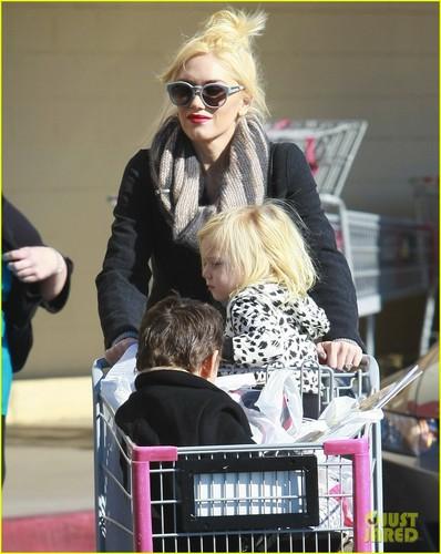Gwen Stefani: 圣诞节 Shopping with the Boys!