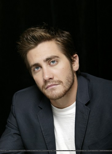 Jake Gyllenhaal wallpaper containing a business suit and a suit called Jake Gyllenhaal
