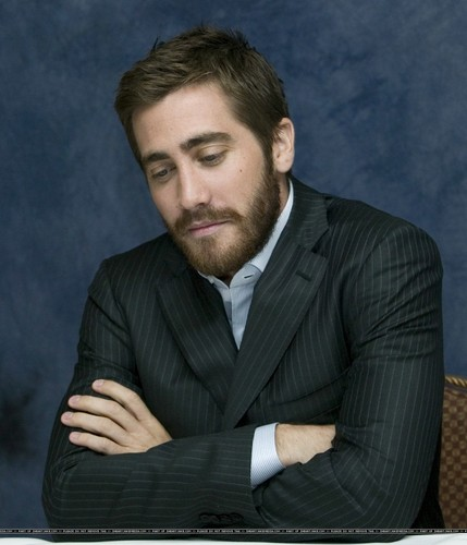 Джейк Джилленхол Обои with a business suit, a suit, and a завиток, полоска called Jake Gyllenhaal