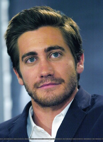 Jake Gyllenhaal wallpaper with a business suit, a suit, and a three piece suit called Jake Gyllenhaal