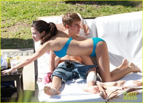 Justin Bieber & Selena Gomez: Pool Party!