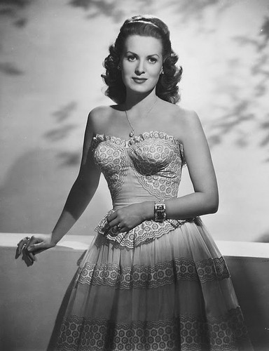 Classic Movies wallpaper containing a hoopskirt called Maureen O'hara
